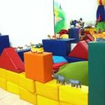 ילד בונה בית עם חומות הגנה