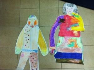 בתמונה: עבודה משותפת בטיפול דיאדי של אם וילד מציירים את עצמם.